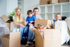 Famille déménageant à une maison neuve Image stock