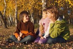 Famille détendant dans la forêt ensoleillée d'automne Images libres de droits