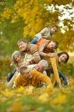 Famille détendant en parc d'automne Images libres de droits