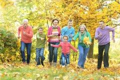 Famille détendant en parc d'automne Photographie stock libre de droits