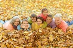 Famille détendant en parc d'automne Photos stock