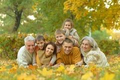 Famille détendant en parc d'automne Images stock