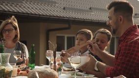 Famille dînant ensemble clips vidéos