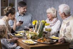 Famille dînant ensemble Image libre de droits