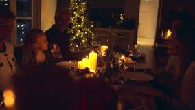 Famille dînant Noël ensemble banque de vidéos