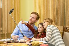 Famille dînant, selfie Photographie stock
