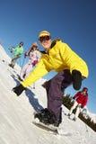Famille d'adolescent des vacances de ski en montagnes photographie stock libre de droits