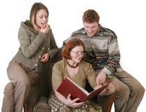 famille d'album regardant la photo Photographie stock libre de droits