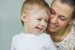 Famille d'amour Une famille heureuse Photographie stock libre de droits