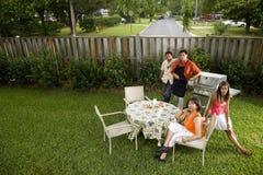 famille d'arrière-cour interraciale Images libres de droits