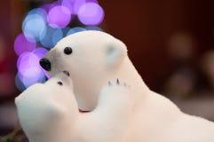 Famille d'ours blanc jouant dans la lumière colorée images stock