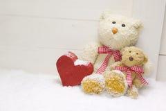 Famille d'ours de nounours - mère avec l'enfant et coeur rouge du bois pour Image libre de droits