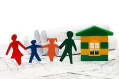 Famille d'un modèle de papier et de maison Photos libres de droits