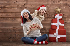 Famille dans des chapeaux de Santa Photographie stock libre de droits