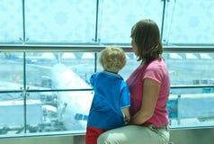 Famille dans l'aéroport photo libre de droits