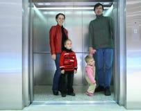 Famille dans l'ascenseur Photos stock