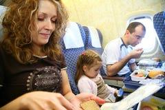Famille dans l'avion images stock