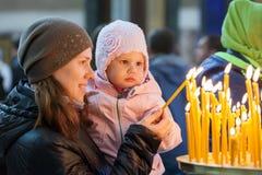 Famille dans l'église russe orthodoxe Photographie stock libre de droits