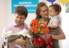 Famille dans l'hôpital de maternité avec nouveau-né Photographie stock libre de droits