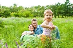 Famille dans l'herbe Photo libre de droits