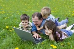 Famille dans l'ordinateur Photo stock