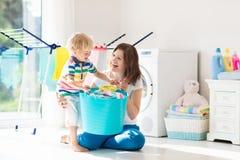 Famille dans la buanderie avec la machine à laver photo libre de droits