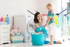 Famille dans la buanderie avec la machine à laver photographie stock libre de droits