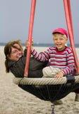 Famille dans la cour de jeu de plage Photos libres de droits