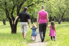 Famille dans la forêt ayant l'amusement ensemble Photographie stock libre de droits