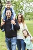 Famille dans la forêt ayant l'amusement ensemble Photographie stock