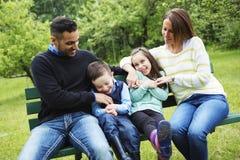 Famille dans la forêt ayant l'amusement ensemble Images libres de droits