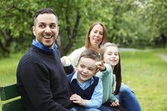 Famille dans la forêt ayant l'amusement ensemble Photo stock