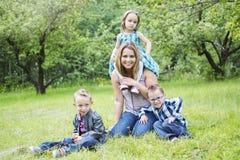 Famille dans la forêt ayant l'amusement ensemble Images stock