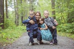 Famille dans la forêt ayant l'amusement ensemble Image stock