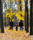 Famille dans la forêt d'automne Images stock
