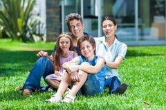 Famille dans la grande maison Photo stock