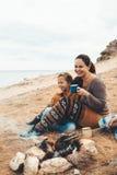 Famille dans la hausse d'automne Photo libre de droits