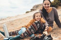 Famille dans la hausse d'automne photo stock