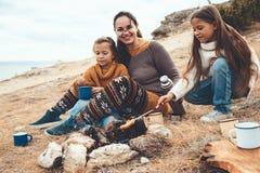 Famille dans la hausse d'automne images libres de droits