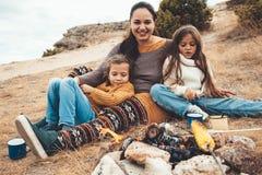 Famille dans la hausse d'automne photos libres de droits