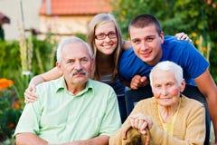 Famille dans la maison de soins en établissement images libres de droits