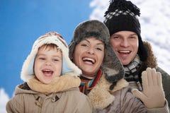 Famille dans la neige à l'hiver Photo libre de droits