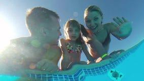 Famille dans la piscine banque de vidéos