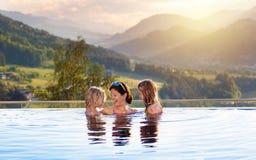Famille dans la piscine avec le Mountain View image libre de droits