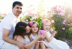 Famille dans la roseraie Photographie stock libre de droits