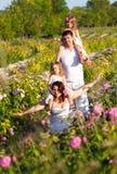 Famille dans la roseraie Photographie stock