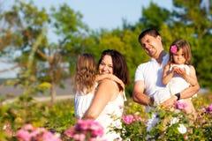 Famille dans la roseraie Images stock