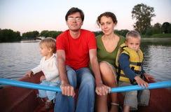 Famille dans le bateau dedans Photos stock