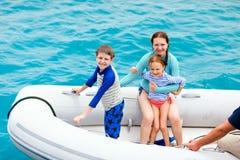 Famille dans le bateau gonflable de canot images libres de droits