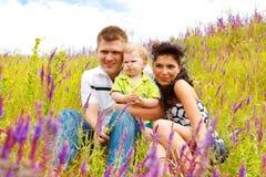 Famille dans le pré images libres de droits